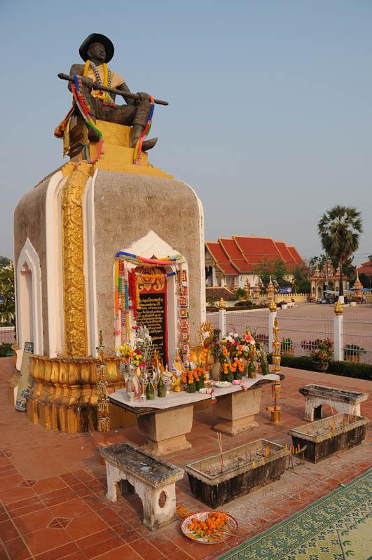 Vientiane, Laos, That Luang, Statue, König Setthathirat, King, Reisetipps, Rundreisen, Asien, Reiseberichte, Reiseblogger, www.wo-der-pfeffer-waechst.de