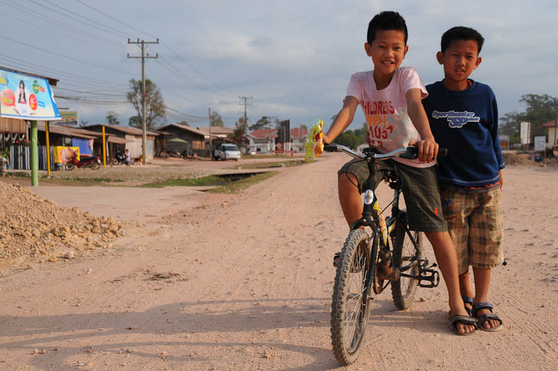 Nakai, Ban Oudomsouk, Laos, Zentrallaos, The Loop, staubige Straßen, Kinder, Reisebericht, laotische Provinz Khammouan, Khammuan, Reisetipps, Rundreisen, Südostasien, Reiseblogger, www.wo-der-pfeffer-waechst.de