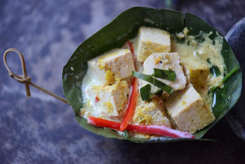 Amok, Rezept für Tofu-Amok, vegetarisches Curry aus Kambodscha, veganes, Bananenblatt, Rezepte, Khmer, Kochen, Gerichte, Speisen, Essen, Zutaten, Küche, Reise- und Food-Blog, www.wo-der-pfeffer-waechst.de