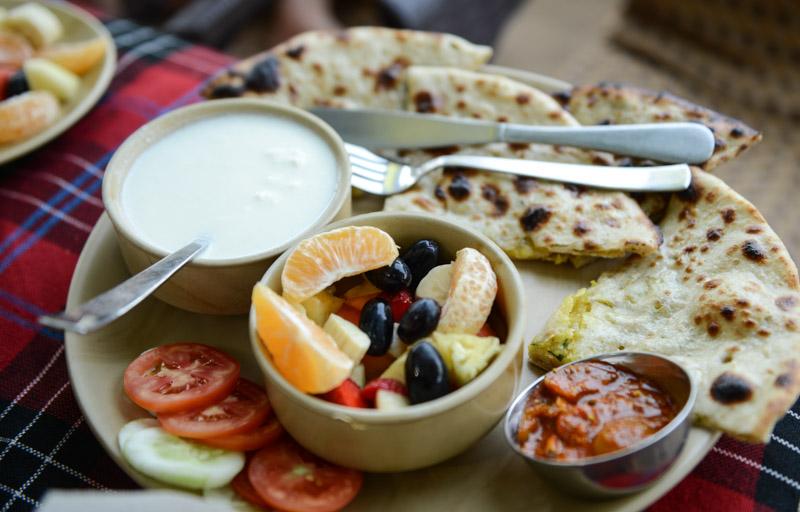 Indian Breakfast, indisches Frühstück, Streetfood, indisches Brot, Lassie, Curd, Pickle, Fruchtsalat, Gemüse, Arambol Beach, Restaurant, Goa, Südasien, Bilder, Fotos, Reiseberichte, www.wo-der-pfeffer-waechst.de