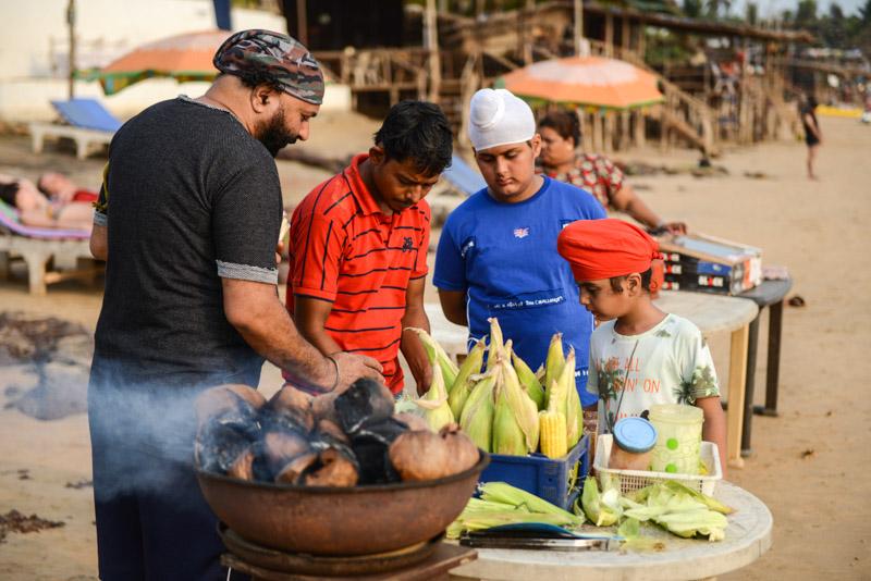 Anjuna Beach, Goa, Strand, Strände, gegrillter Mais, grilled corn, indische Touristen, Sikhs, Indien, India, Reiseberichte, Südasien, Bilder, Fotos, www.wo-der-pfeffer-waechst.de