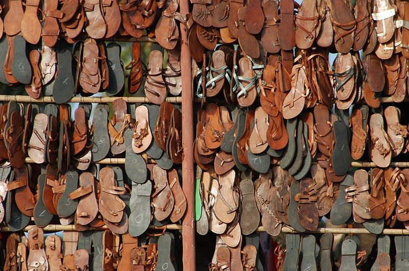 Anjuna-Flohmarkt, fleamarket, Schuhe, shoes, Anjuna Beach, Goa, Strand, Strände, Indien, India, Reiseberichte, Südasien, Bilder, Fotos, www.wo-der-pfeffer-waechst.de