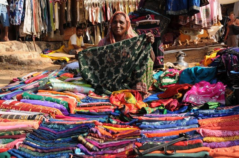 Anjuna-Flohmarkt, fleamarket, Tücher, Anjuna Beach, Goa, Strand, Strände, Indien, India, Reiseberichte, Südasien, Bilder, Fotos, www.wo-der-pfeffer-waechst.de