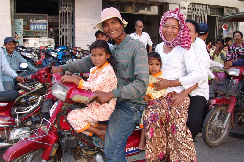 Motorrad, Familie, Verkehr, Phnom Penh, Reisebericht, Kambodscha, Hauptstadt, Cambodia, Reisetipps, Sehenswürdigkeiten, Südostasien, Bilder, Foto: Heiko Meyer, www.wo-der-pfeffer-waechst.de