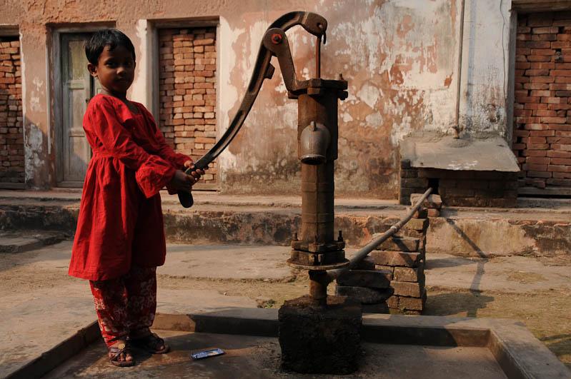 Sonargaon, Panam, Painam Nagar, Dhaka, Tagesausflug, Tagestour, Wasserpumpe, Kind, Mädchen, Bangladesch, Reiseberichte, Foto: Heiko Meyer, www.wo-der-pfeffer-waechst.de