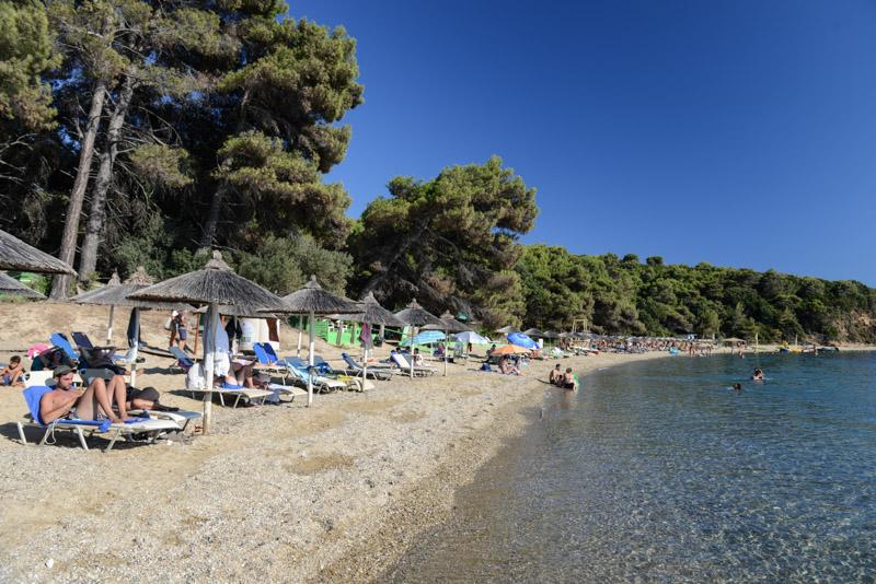 Agia Eleni Beach, Skiathos, Griechenland, Strand, Strände, Sonnenschirme, klares Wasser, Reisebericht, Foto: Heiko Meyer, www.wo-der-pfeffer-waechst.de