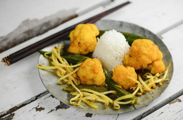 Myanmar, Burmesisches Gemüse-Curry mit Okraschoten, Blumenkohl und Sojasprossen, Kochen, Rezepte, veganes, vegetarisches, Gerichte, Speisen, Essen, Zutaten, Küche, Burma, Birma, www.wo-der-pfeffer-waechst.de
